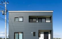 色とりどりの壁紙がおしゃれなコンパクトな家(S様)のサムネイル