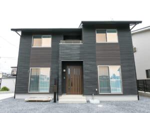 シックな色合いでまとめられた落ち着きのある高品位の家(登米市)のサムネイル