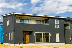 トラディショナルスタイル・ラスティックブルーの建具が映える高品位の家(塩釜市・H様邸)のサムネイル